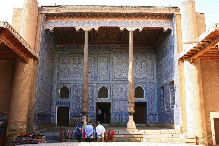 Куринишхана - это комплекс для приёма важных гостей в крепости Куня-Арк. Здесь мы видим его центральный двор и айван