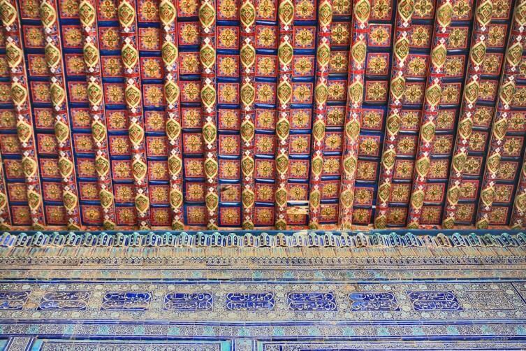 Майолика стены, переходящая в расписной потолок