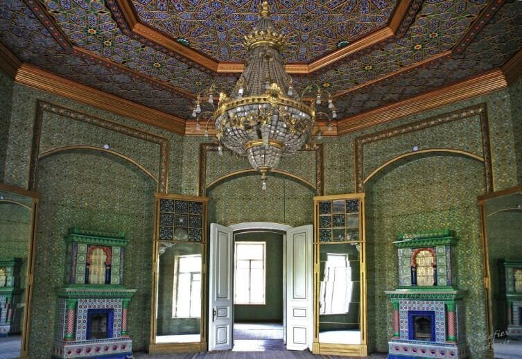 Приемная дворца Уруллабая. Сам дворец расположен отдельно, а это только дом для приёмов (XX в). Здесь уже смесь русско-немецко-восточного декора