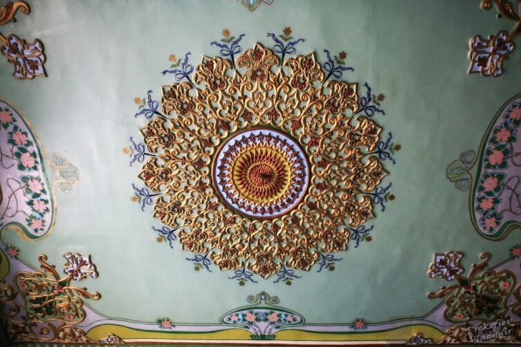 В доме для приёмов дворца Нуруллабая несколько пышно украшенных комнат с эклектичным декором