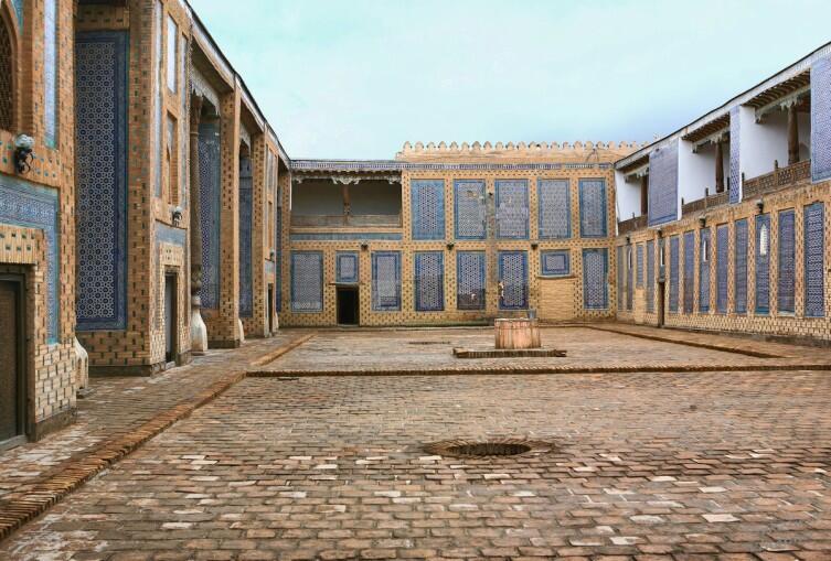Двор ханского гарема в Таш-Хоули. Слева - большие айваны ханских жён, а справа - балкончики-лоджии наложниц
