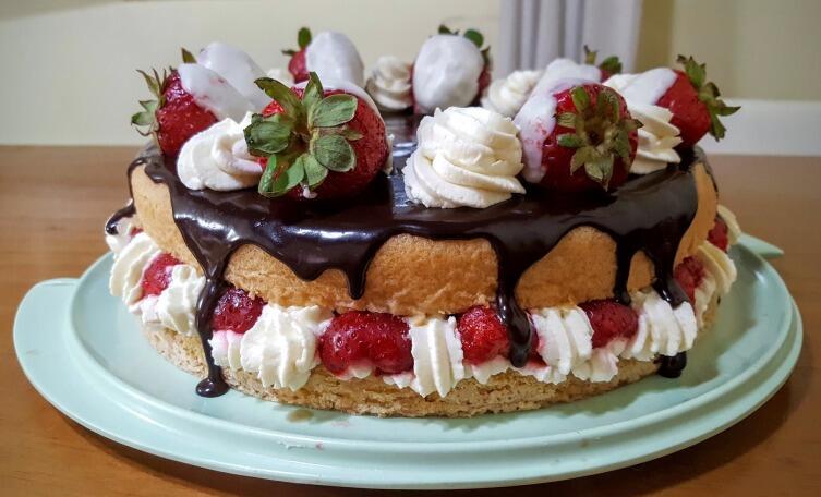 Бисквит для торта нужно готовить заранее, чтобы он успел отлежаться