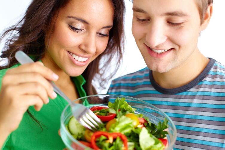 Счастливая пара вегетарианцев