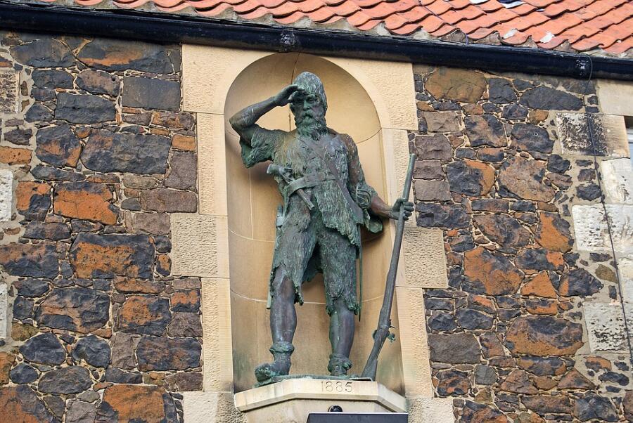 Статуя Александра Селькирка в селе Нижний Ларго в Шотландии, скульптор Томас Стюарт Бернетт