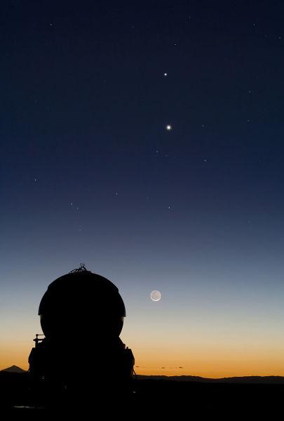 Меркурий на звёздном небе (вверху, над Луной и Венерой), Паранальская обсерватория