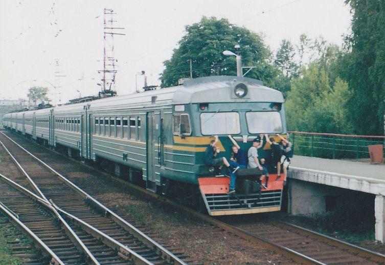 Подростки на хвостовой кабине электропоезда ЭД4 в 2002 году