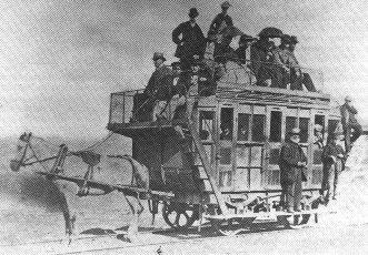 Конка с пассажирами на крыше и подножках, 1870 год