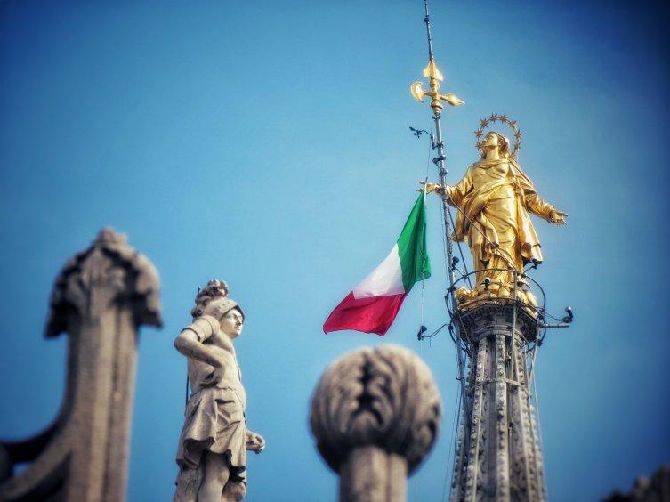 На шпиле собора— статуя Богородицы. В день Республики, 2июня, рядом поднимают флаг Италии
