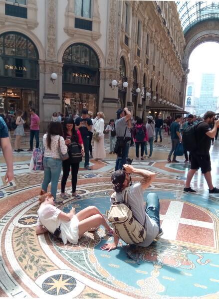 Под центральным куполом кучкуются туристы