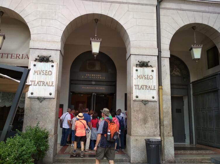 Вход в театральный музей