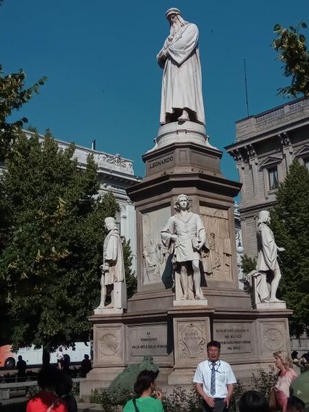 Памятник Леонардо да Винчи напротив театра «Ла Скала»