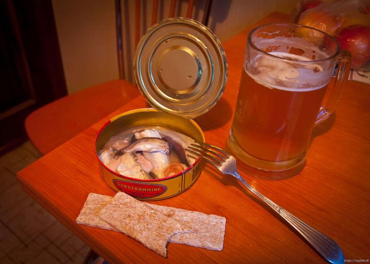 Простая домашняя сервировка под консервированный сюрстрёмминг (с пивом и хрустящими хлебцами)