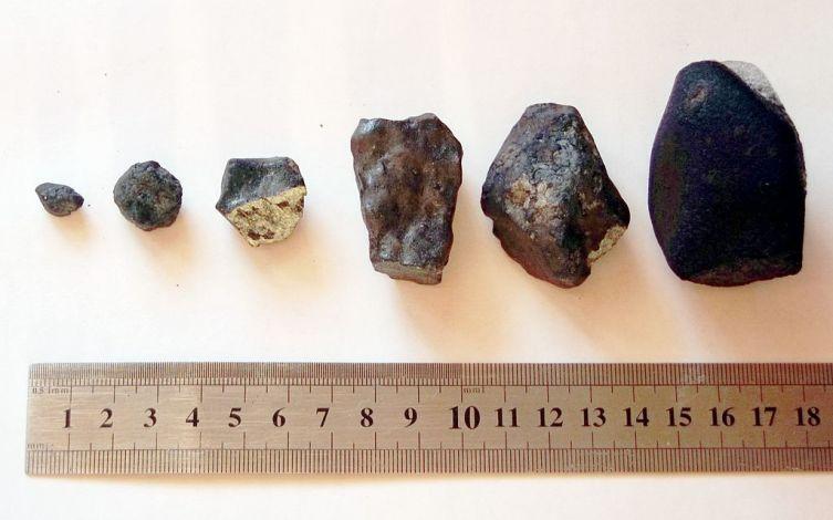 Осколки метеорита, пролетевшего над Челябинской областью 15февраля 2013 г., найденные в Еткульском районе экспедицией Челябинского государственного университета