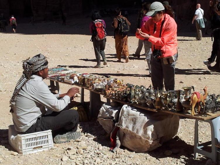 Потомки умных бедуинов, выторговавших себе право на пожизненную торговлю в Петре