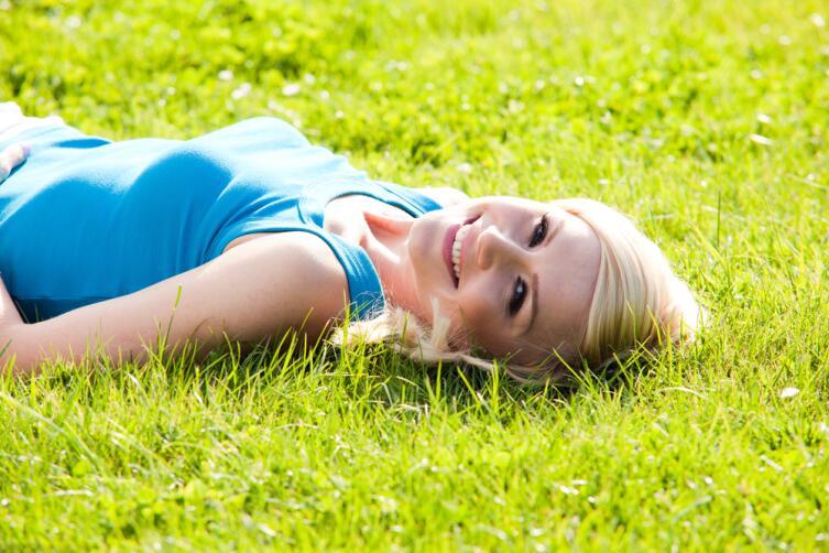 Под солнцем в организме образуется серотонин — «гормон счастья»