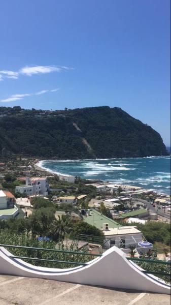 Вид на пляж Читара и «Сады Посейдона»