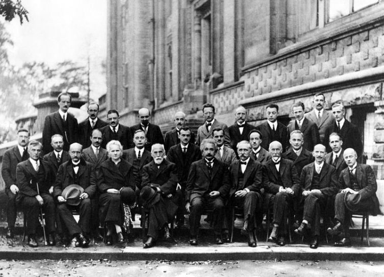 Пятый Сольвеевский конгресс. Поль Дирак пятый слева во втором ряду