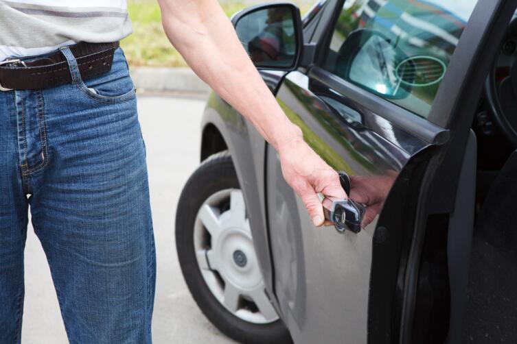 Если сканер увидит, что отпечатки не совпадают, то попасть в машину методом открывания двери не получится