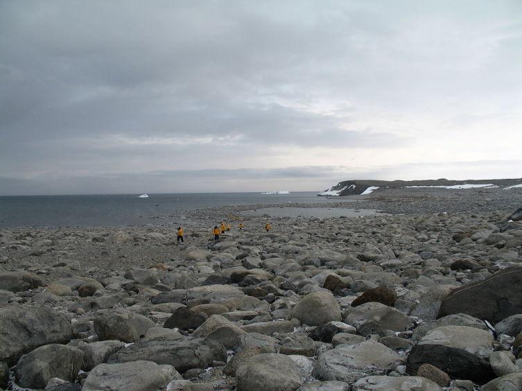 Вид на побережье острова Неописуемый. Близ этих мест проходила вторая зимовка Северного отряда. Современная фотография