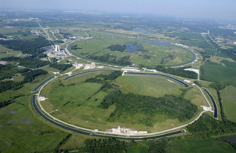 Вид на ускорительный центр Fermilab, США. Теватрон (кольцо на заднем плане) и кольцо-инжектор. Здесь производят антивещество