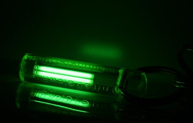 Тритиевый брелок светится в темноте (снимок с длительной экспозицией)