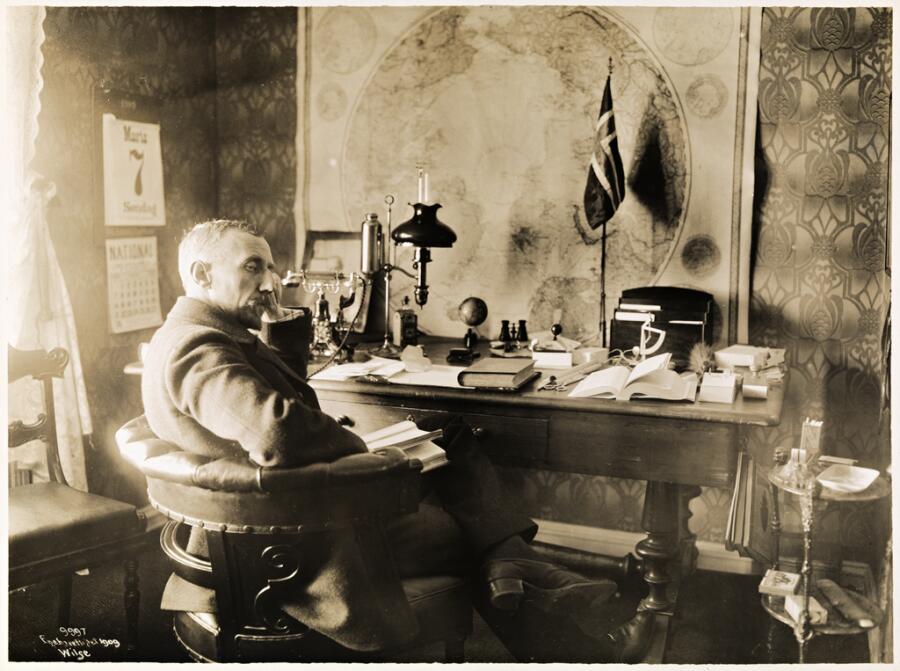 Амундсен в своём рабочем кабинете в усадьбе «Ураниенборг». 7 марта 1910 года