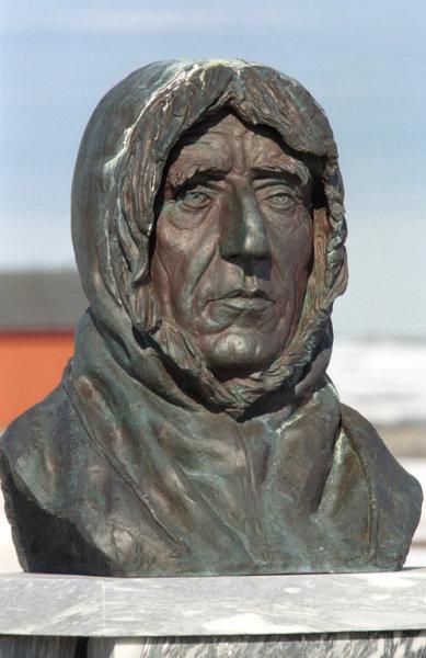 Памятник Амундсену в Ню-Олесунне