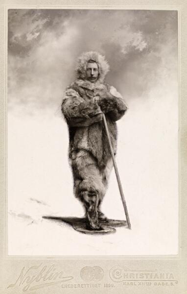 Амундсен в полярной экипировке, на ногах у него снегоступы. Постановочная фотография 1899 года