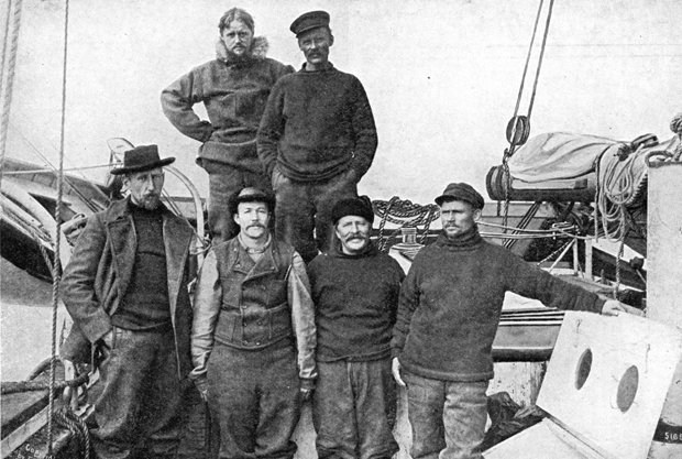 Экипаж «Йоа» в порту Ном после преодоления Северо-Западного прохода. В первом ряду слева направо: Амундсен, Педер Ристведт, Адольф Линдстрём, Хельмер Хансен. В верхнем ряду Годфрид Хансен и Антон Лунд. Густав Вик к тому времени уже скончался