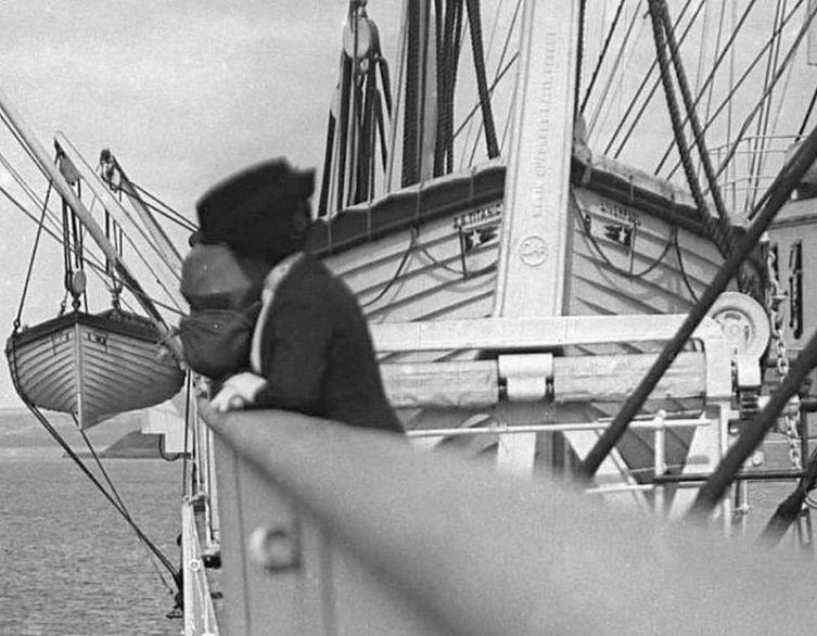 Ряд шлюпок в носовой части верхней палубы «Титаника». На переднем плане шлюпка № 8, на заднем за борт свисает шлюпка № 2