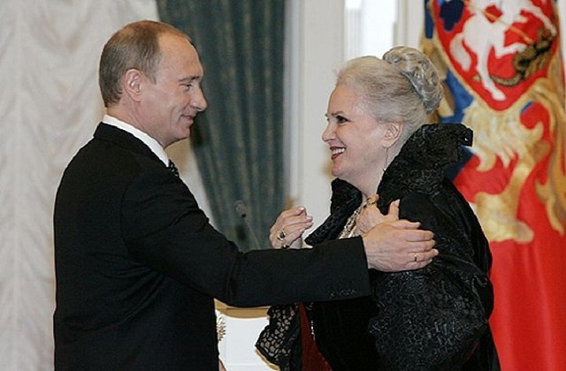 Владимир Путин вручает актрисе Элине Быстрицкой орден «За заслуги перед Отечеством» I степени, 29 апреля 2008 года