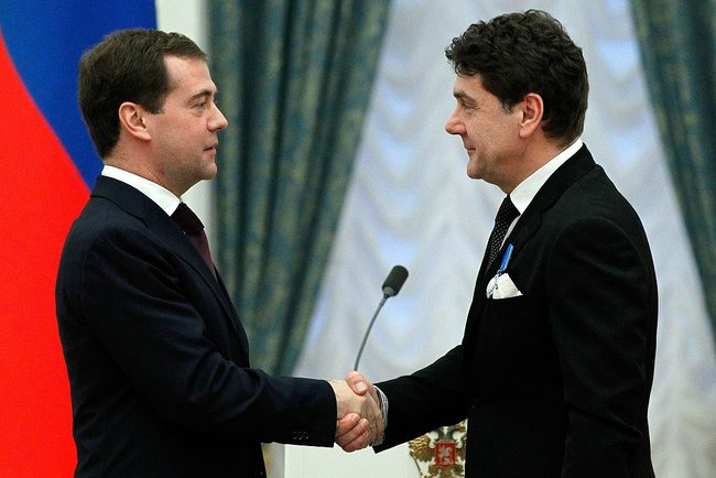 Президент РФ Дмитрий Медведев и Сергей Маковецкий на церемонии награждения орденом Почёта 30 декабря 2010 г.