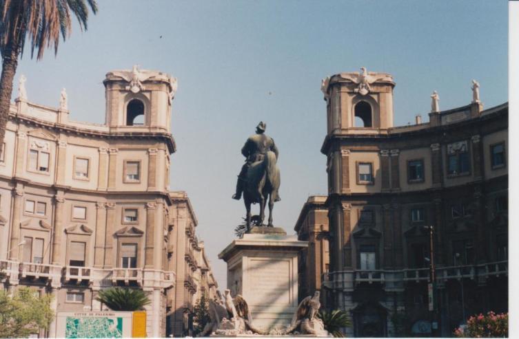 Восточный вход на улицу via Roma
