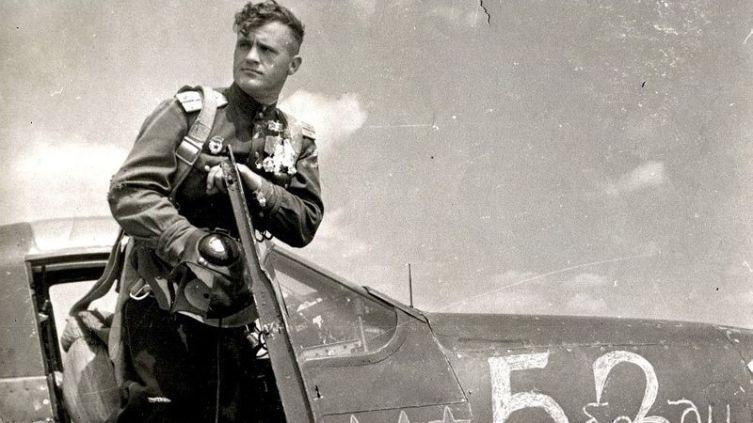 Дважды Герой Советского Союза, лётчик-истребитель гвардии капитан Николай Гуляев в кабине своей «Аэрокобры». Июль 1944 г.