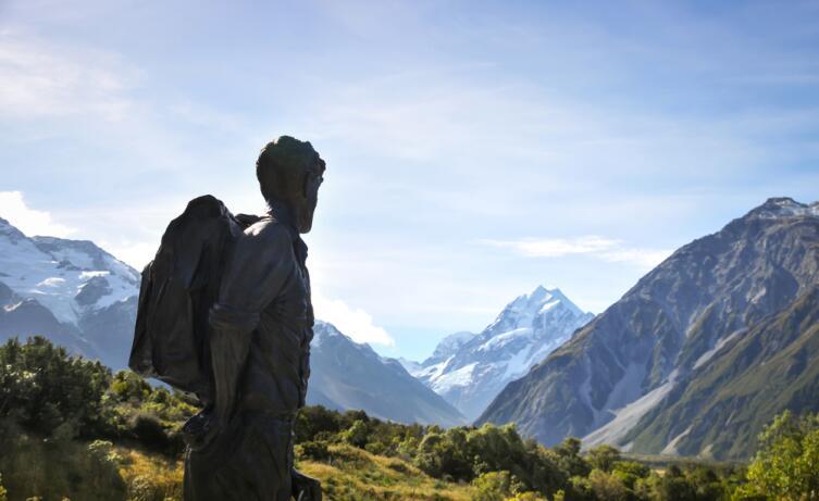 Памятник Эдмунду Хиллари у горы Кука, Новая Зеландия