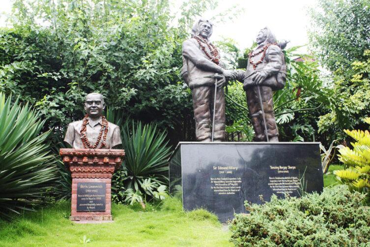 Памятник первым покорителям Эвереста - Эдмунду Хиллари и Тенсингу Норгею и бюст Бориса Лисаневича