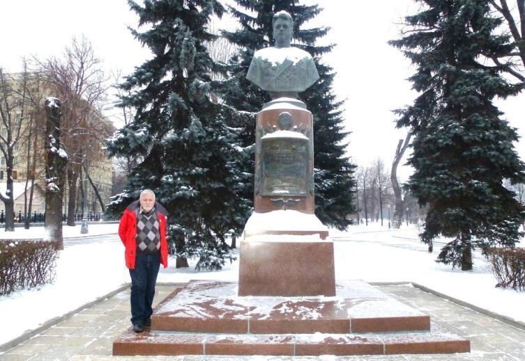 У памятника В. Попкову в Екатерининском сквере в Москве. 6 января 2016 года