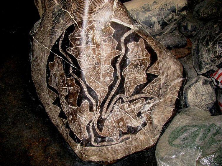 Один из Камней Ики с Картой Северной (вверху в центре) и Южной Америк (внизу в центре), слева погибший Континент Му, справа Атлантида. По другой версии это схема ритуальной разделки туши ягуара, принятая у индейцев кечуа