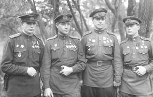 Гвардии капитан Герой Советского Союза Попков В. И. с однополчанами