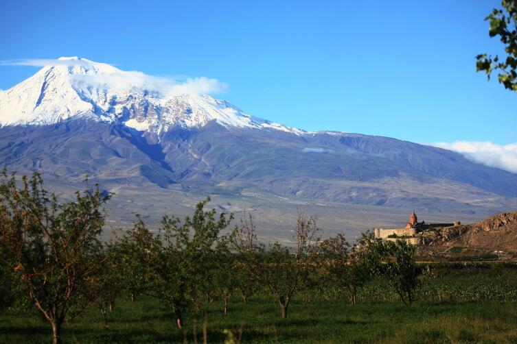 Монастырь Хор-Вирап на фоне горы Арарат. Здесь когда-то была столица Армении - город Арташат