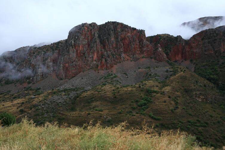 Скалы ущелья Нораванк: как дымящиеся угли