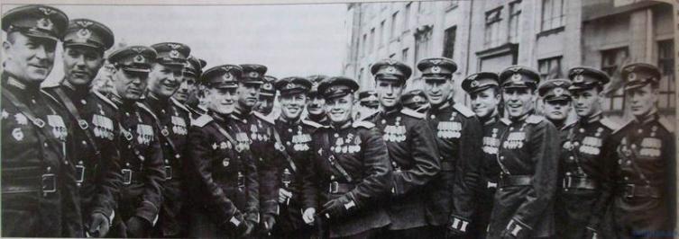 Попков (пятый справа) в группе летчиков Героев Советского Союза после Парада Победы