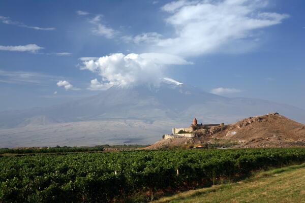 Вид на монастырь Хор-Вирап, вдали гора Арарат