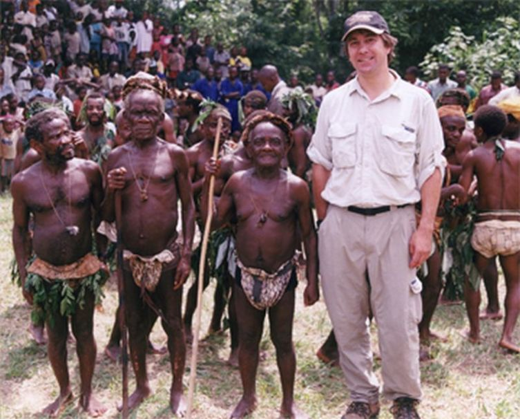 Африканцы из племени мбути рядом с европейцем