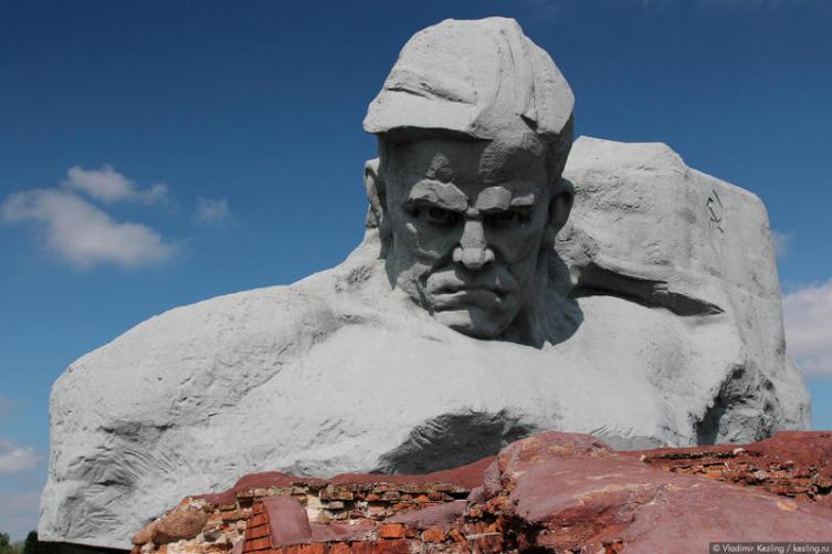 Территория цитадели представляет собой один большой мемориал — по-советски суровый и бескомпромиссный
