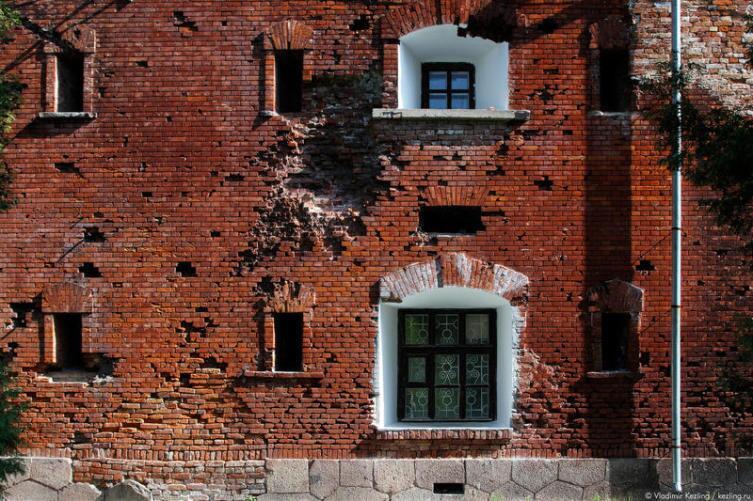 Сохранившиеся здания казарм на южном русле Мухавца