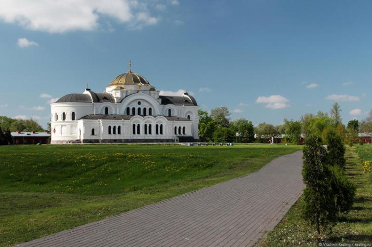 Восстановленный Свято-Николаевский храм, до войны здесь располагался католический костёл, в начале войны — красноармейский клуб