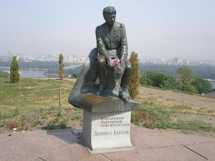 Памятник Быкову в Киеве на высоком днепровском берегу рядом с парком Вечной Славы, 2001 год