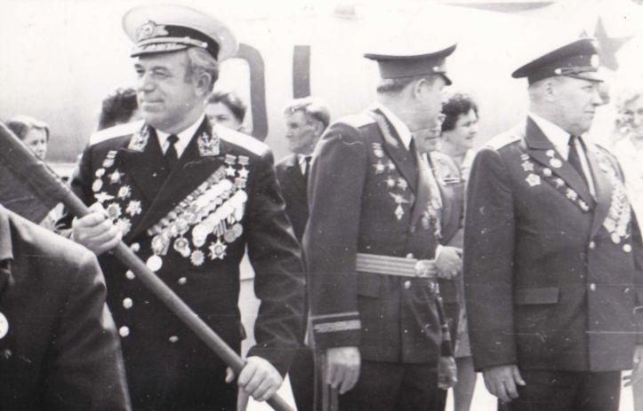 После войны во время Парада Попков на Красной площади с флагом в руках