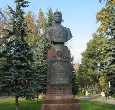 Памятник летчику Попкову в Екатерининском сквере, Москва